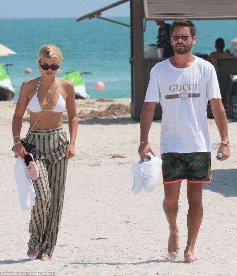 4490C71C00000578-4907926-Romantic_getaway_The_duo_strolled_the_beachfront_adjacent_to_the-a-73_1506026471041